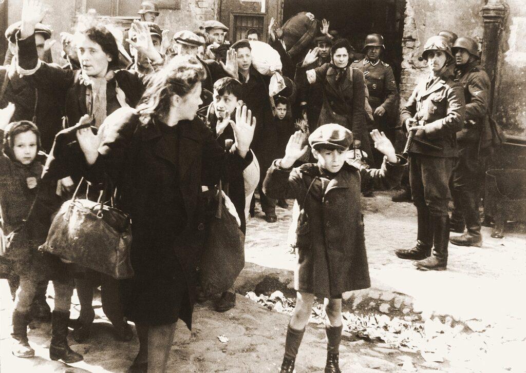 Deportazione degli abitanti del ghetto di Varsavia. Il bambino con le mani alzate