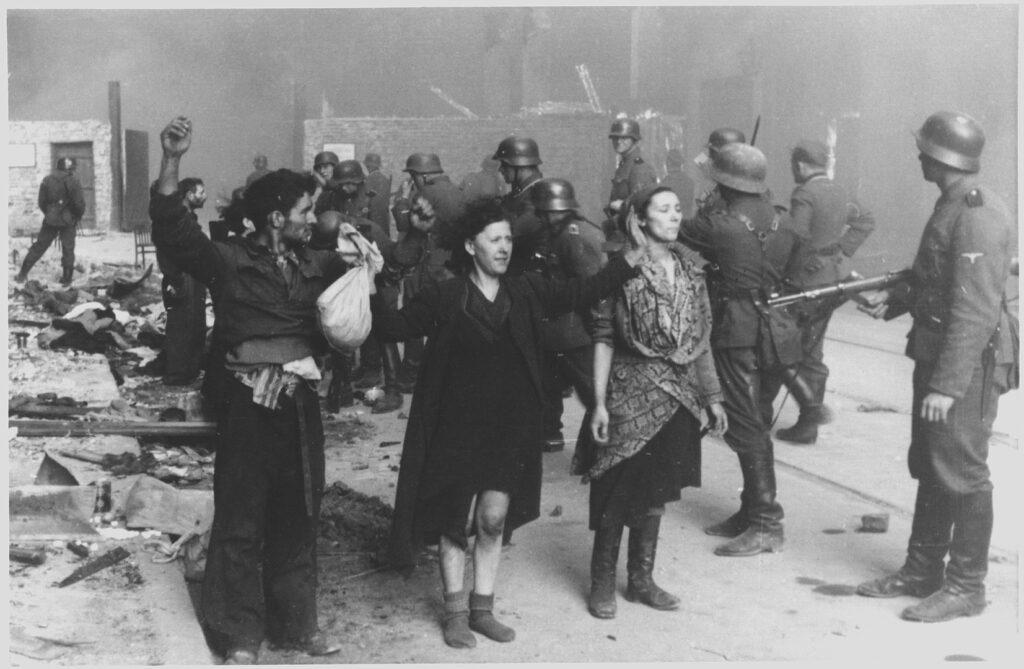 Membri della resistenza ebraica nel ghetto di Varsavia catturati dai soldati nazisti